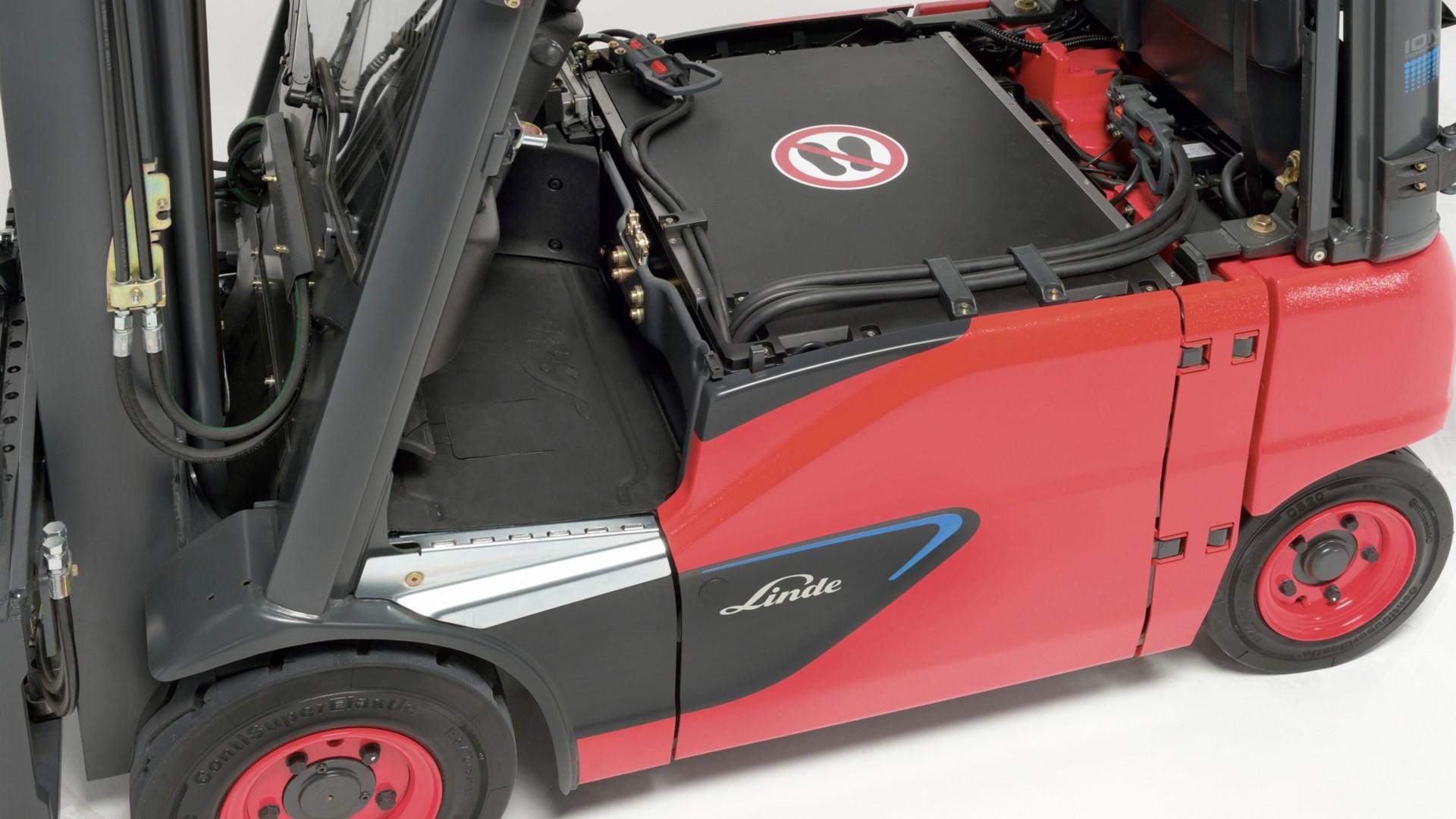 e_truck_E16_EVO_lithium_ion-battery_compartment-4333_45_B_Li_16x9w1920
